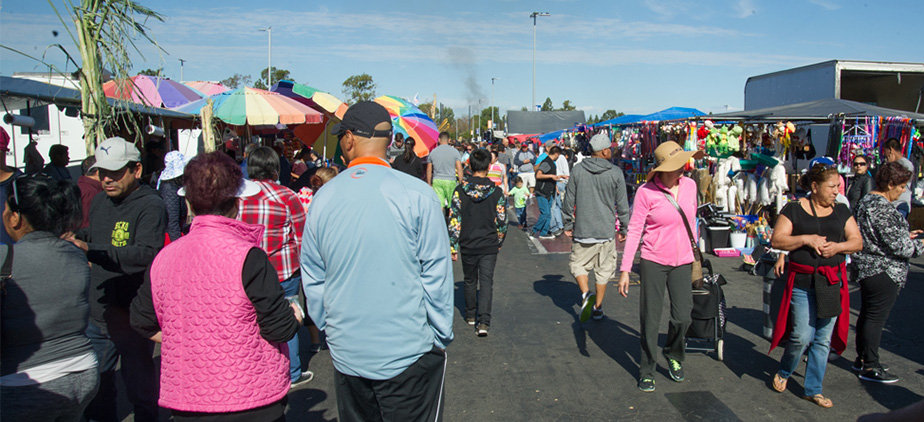 Morning crowd at the swap meet