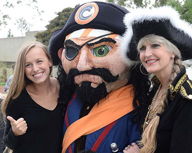 students with Pete the Pirate mascot
